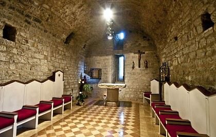 Abadia di Santa Croce in loc. Sassovivo<br /> Município de Foligno (PG) <br /> Restauração, arranjo dos interiores, mobiliário sagrado da cripta de San Marone<br /> Serviços profissionais: arquitetura, gerenciamento de obras