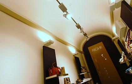 Attività commerciale di abbigliamento<br /> Comune di Spoleto<br /> Committente: Attività commerciale  <br /> Prestazione professionale: consulenza su arredamento, progettazione architettonica, impiantistica, direzione lavori