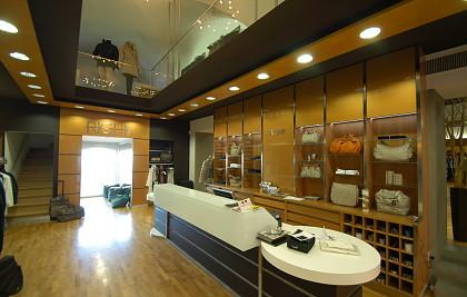 Atividade comercial, venda de roupas<br /> Municipio de Perugia<br /> Serviços profissionais: consultoria em mobiliário (interior design), projeto arquitetônico, engenharia de planta, supervisão de construção